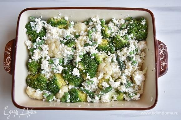 Форму для запекания смазать небольшим количеством растительного масла и выложить овощи с сыром. Равномерно распределить их по всему периметру формы.