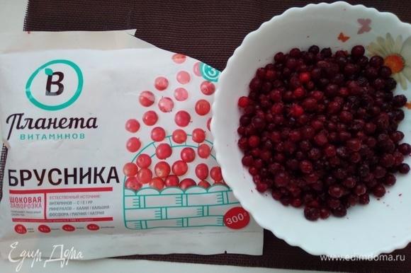 Замороженную бруснику ТМ «Планета витаминов» разморозить, сок сохранить. Измельчить ягоды блендером и протереть через сито.