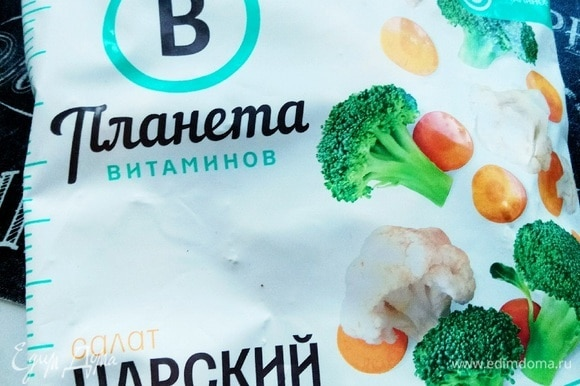 Берем 1 пачку овощной смеси ТМ «Планета витаминов». Не размораживаем. Обжариваем овощи на среднем огне.