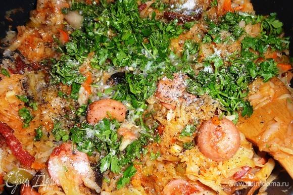 Положить нарезанную зелень, всыпать перец, сахар, влить рассол, перемешать. Попробовать на вкус, если нужно, добавить соли. Тушить солянку еще 5 минут и выключить огонь.