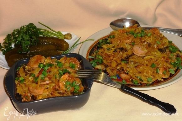 Наша ароматная сытная солянка готова! Раскладываем по тарелкам, посыпаем зеленым луком. Прошу к столу! Угощайтесь! Приятного аппетита!