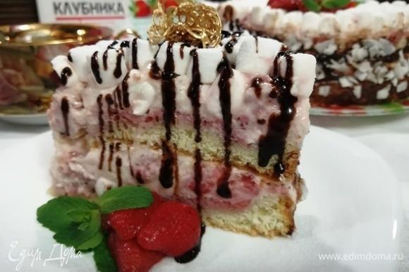Все готово. Подаем наш нежный воздушный торт с ягодами клубники и мятой.