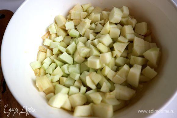 Яблоки (антоновку) нарезать на четвертинки, удалить семенную часть, очистить, нарезать небольшими кубиками. Сбрызнуть частью смеси 2 соков.