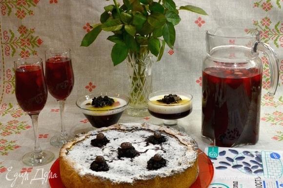 Готовый пирог подавать охлажденным, посыпать сахарной пудрой и украсить ягодками жимолости.