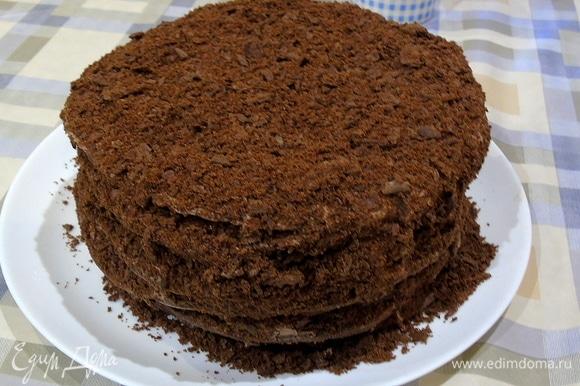 Из обрезков теста сделайте крошку и посыпьте торт.