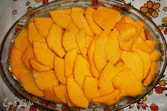 Оставшуюся половину пластинок тыквы положить на куриное филе, чуть присолить, посыпать мускатным орехом.