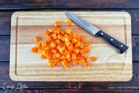 Начнем с тыквы. Я всегда использую мускатную, поскольку она, во-первых, очень сладкая, а во-вторых, имеет яркий насыщенный оранжевый цвет. Итак, нарезаем тыкву, предварительно очистив ее от кожуры и «внутренностей», кубиками со стороной примерно 1–1,5 см.