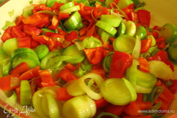 К сельдерею с пореем добавляем перец, обжариваем еще 3–5 минут.