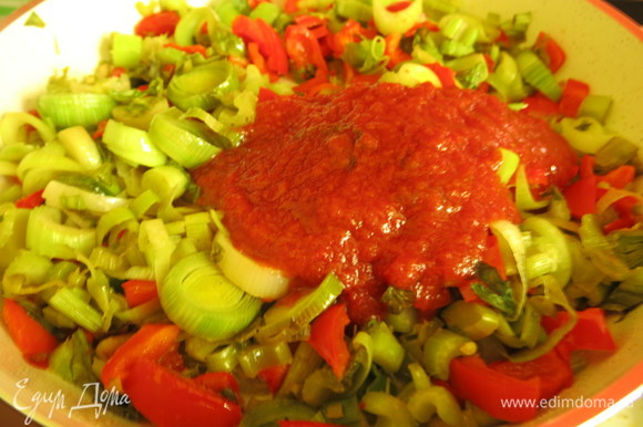 Добавляем томатную пасту, у меня домашняя с базиликом.