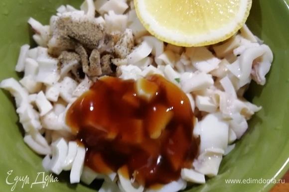 Замаринуем кальмар в соусе терияки, лимонном соке и черном молотом перце.