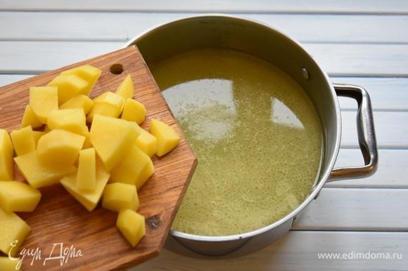 В бульон выложить картофель, довести до кипения. Посолить.