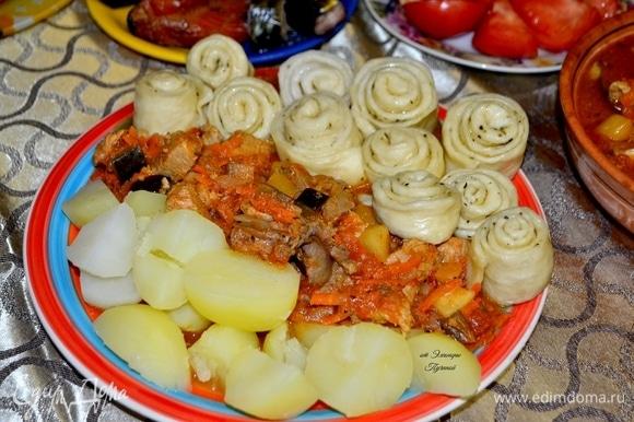Наш шикарный обед готов! Ингредиенты можно подать в отдельных тарелках: так каждый себе возьмет столько, сколько душа пожелает!