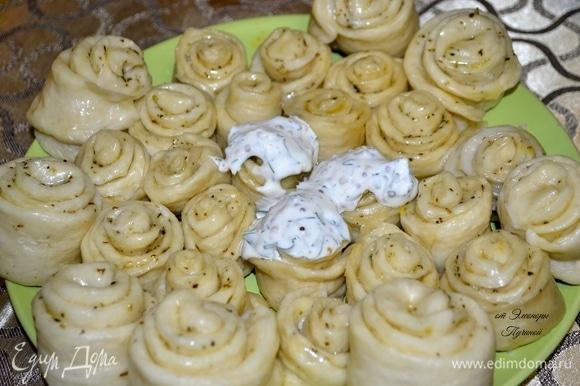 Хинкал чаще всего подают с бульоном из баранины или говядины, с соусами и картошкой. Подавать к столу хинкал необходимо в горячем виде, чтобы он не утратил своих качеств.