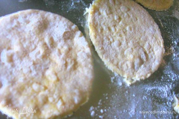 Раскатываем тесто и формируем полоски и кружочки.