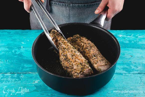 Разогрейте сковороду с оливковым маслом. Обжарьте мясо на сильном огне со всех сторон до золотистой корочки.