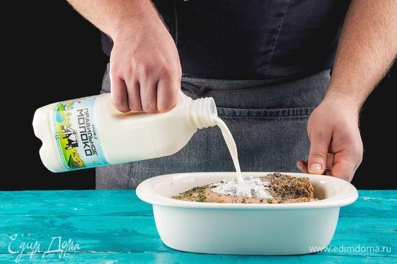 Переложите мясо в глубокую, но не слишком широкую форму для запекания, чтобы мясной сок не выпарился полностью. Залейте его молоком ТМ «ПравильноеМолоко» 2,5%. Запекайте в духовке в течение 1 часа, периодически переворачивая.