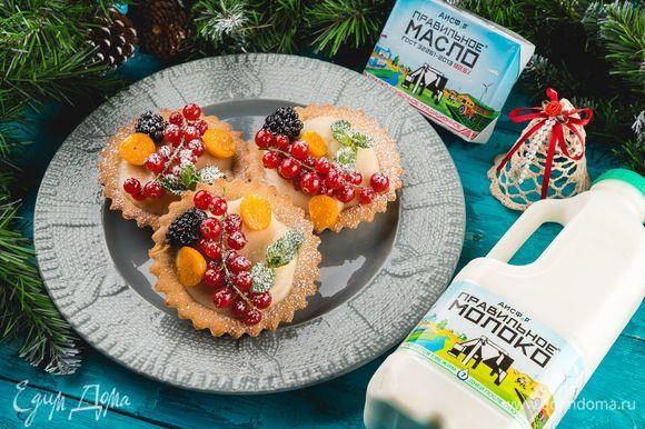 Тарталетки украсьте свежими ягодами, праздничное угощение готово!