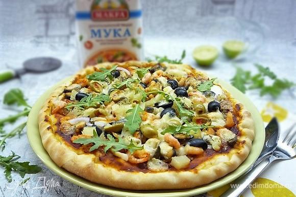 Украшаем сверху листиками руколы и подаем на стол сразу же, пока пицца горячая. Приятного аппетита!