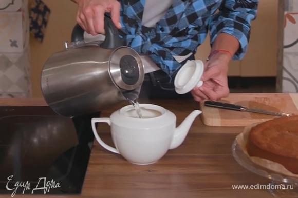 Можно добавить или не добавлять чай на свой вкус. Залить все кипятком, дать настояться. В настоявшийся напиток можно добавить по вкусу немного меда или подать его отдельно.