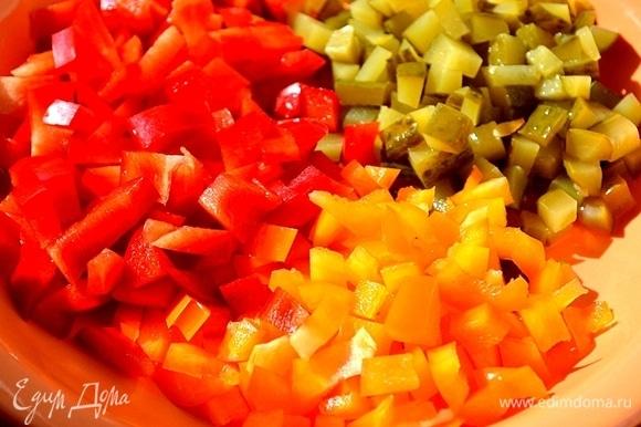 Нарезаем кубиками сладкий перец и маринованный огурец.