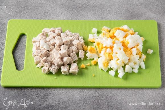Яйцо отварить до готовности и нарезать кубиком (удобно сделать это с помощью яйцерезки). Филе индейки отварить в подсоленной воде и нарезать кубиком.