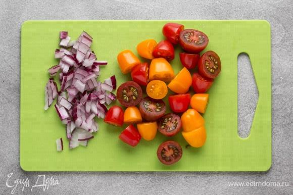 Лук мелко нарезать, помидоры черри разрезать на половинки или четвертинки.
