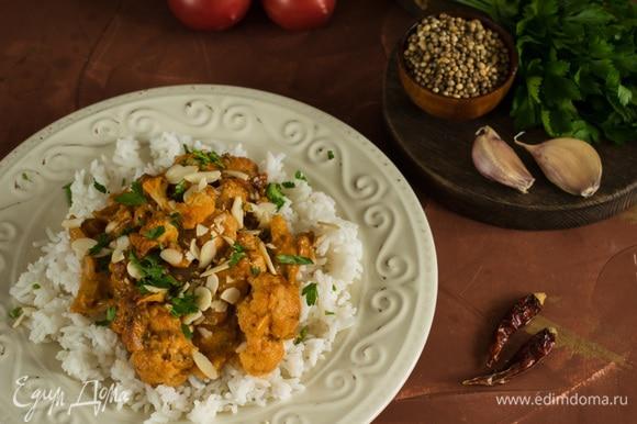 Подавать капусту с соусом на подушке из риса. При подаче посыпать миндалем и зеленью. Приятного аппетита!