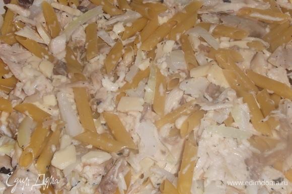 Поверх выложить смесь из мяса и макарон. Накрыть крышкой или фольгой.
