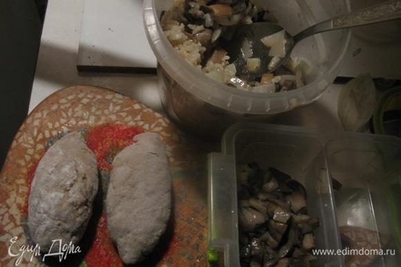 Начинка первая несладкая: варим рис, обжариваем грибы с луком и смешиваем начинку.