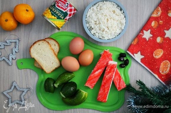 Подготавливаем все ингредиенты. Заранее отвариваем 3 яйца и 150 г риса.