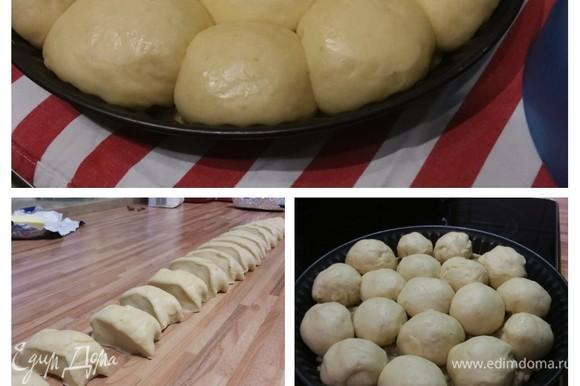 Подошедшее тесто обмять и на припыленной мукой поверхности сформировать «колбаску». Ее разрезать на одинаковые кусочки, каждый из которых свернуть шариком (у меня получилось 18 булочек). На ореховую крошку выложить шарики плотно друг к другу. Накрыть и оставить в теплом месте на отдых на 30 минут.