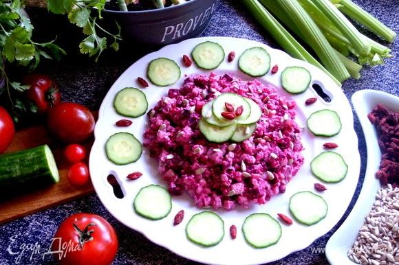 Такой салат можно подать в широких стаканах порционно. Попробуйте!