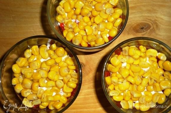 Выложить слой консервированной кукурузы ТМ «Фрау Марта».