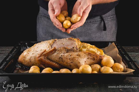 Через час добавьте к утке картофель и верните в духовку еще на 30 минут, после чего снимите фольгу и дайте утке немного подрумяниться.