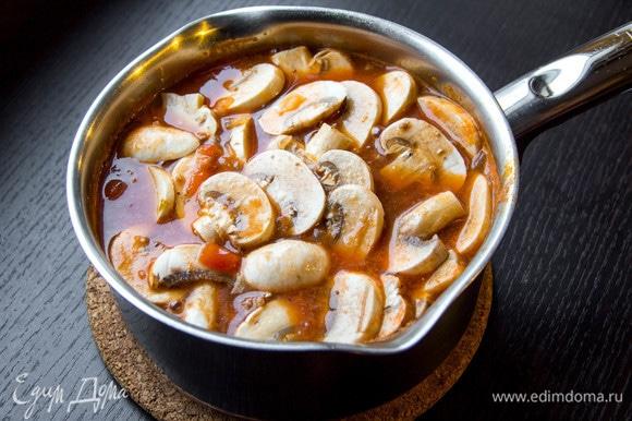 Шампиньоны почистить и нарезать ломтиками, добавить в суп и варить его еще 10 минут.
