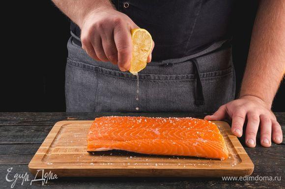 Посолите форель и сбрызните ее лимонным соком. Оставьте рыбу мариноваться на 15 минут.