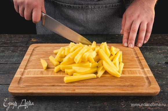 Картофель очистите и нарежьте небольшими брусочками.