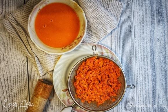 Ягоды растолочь в ступке, сцедить сок при помощи мелкого сита или марли. Полученный сок убрать в холодильник.