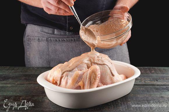 Курицу положите в форму, полейте сливочной смесью.