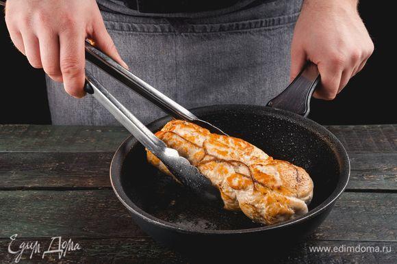 Обжарьте на растительном масле. Доведите в духовке до готовности.