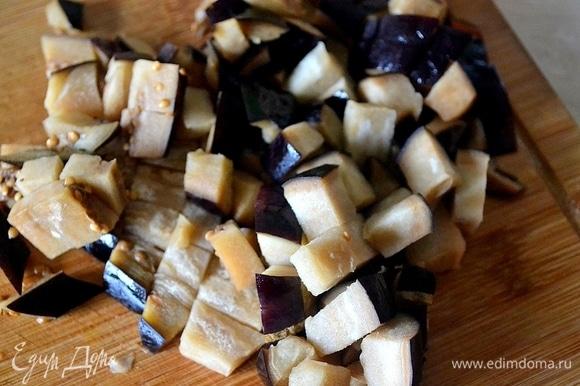 Кубиками нарезаем баклажаны, обжариваем их на малом количестве растительного масла до полуготовности.