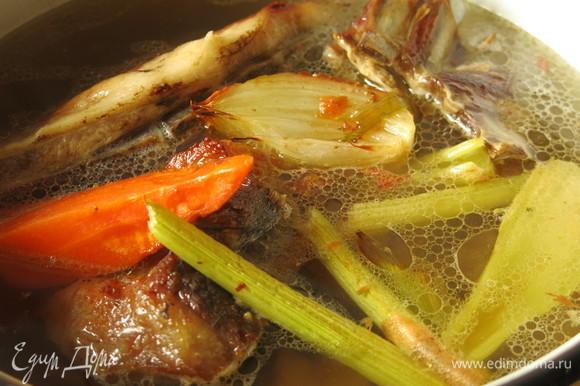 Заливаем овощи и мясо водой (2 л), добавляем бульон с противня.