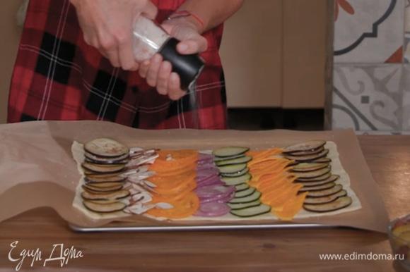 Бумагу с тестом переложить на противень. Разложить на тесте овощи рядами, посолить, поперчить и полить оливковым маслом.