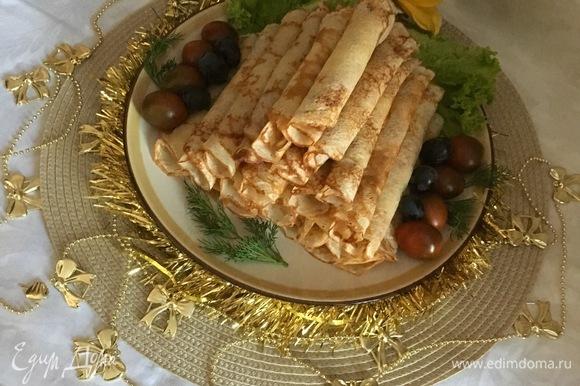 Выкладываем блинчики пирамидкой и украшаем наше блюдо.
