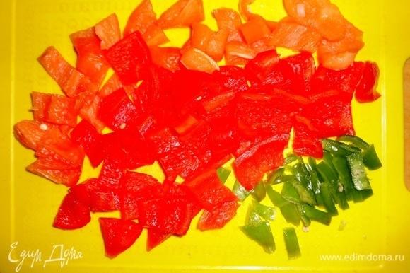 Сладкий и острый перец вымыть, удалить семена. Сладкий перец нарезать крупными кусочками, острый — тонкой соломкой.