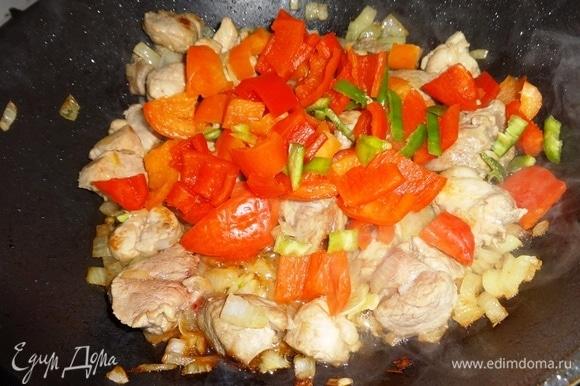 Добавить в сковороду оба вида перца и продолжать жарить.