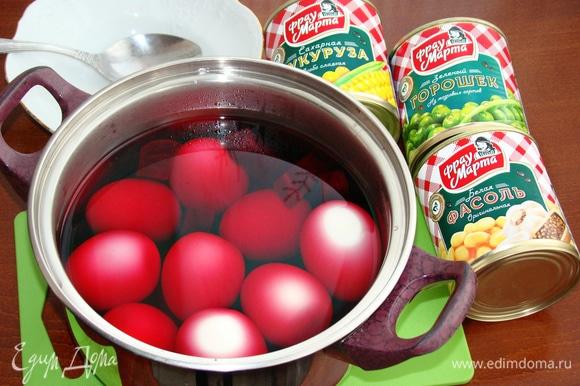 В горячий свекольный рассол опустить сваренные до готовности и очищенные от скорлупы яйца. Этот «компот» оставить примерно на 1 час, чтобы яйца за это время окрасились в розовый цвет.