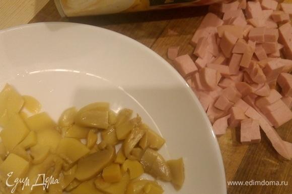 Подготовила начинку: нарезала колбасу (можно сосиски) и шампиньоны, если надо.