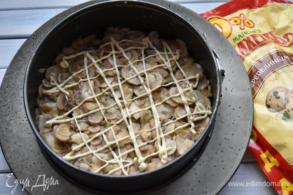 Поверх чернослива выложить обжаренные грибы с луком и снова майонезную сеточку.
