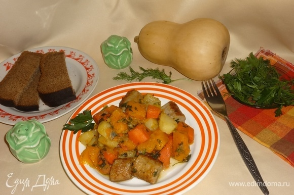 Наше ароматное, вкусное рагу готово! Разложить его по порциям. Прошу всех к столу! Угощайтесь! Приятного аппетита!